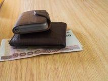 Dinheiro em uma carteira marrom Foto de Stock Royalty Free