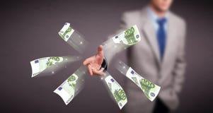 Dinheiro estando e de jogo do homem novo Imagem de Stock