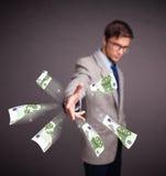 Dinheiro estando e de jogo do homem novo Imagens de Stock Royalty Free