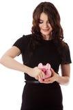 Dinheiro feliz da economia da mulher de negócios no piggybank fotos de stock royalty free