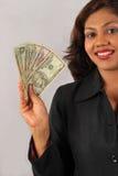 Dinheiro feliz da terra arrendada da mulher nova imagem de stock