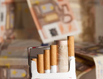 Dinheiro gastado em cigarros Fotografia de Stock