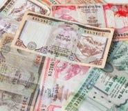 Dinheiro indiano - moedas do banco de Nepal Rastra - notas das rupias de Nepal Foto de Stock