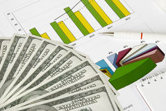 Dinheiro, lápis e caderno em um gráfico Fotografia de Stock Royalty Free