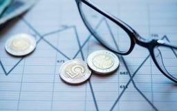 Dinheiro, lápis, vidros que encontram-se no gráfico imagem de stock