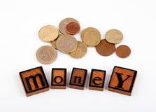 Dinheiro Letras de madeira em um fundo branco Fotografia de Stock