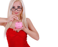 Dinheiro louro esperto da economia da jovem mulher no mealheiro isolado Fotografia de Stock Royalty Free