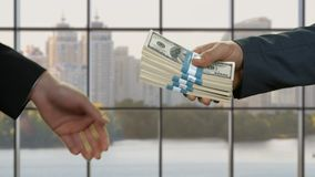Dinheiro masculino da passagem das mãos video estoque
