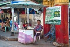Dinheiro mudado rua na rua da cidade myanmar imagens de stock royalty free