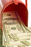 Dinheiro na caixa postal vermelha imagens de stock royalty free