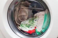 Dinheiro na máquina de lavar fotos de stock