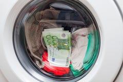 Dinheiro na máquina de lavar fotografia de stock