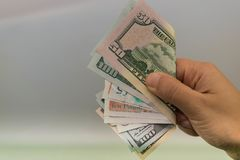 Dinheiro na mão da mão com dinheiro, mão que guarda cédulas, Imagem de Stock Royalty Free