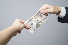 Dinheiro nas mãos dos povos foto de stock royalty free