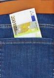 Dinheiro no bolso das calças de brim Fotografia de Stock