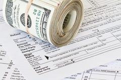 Dinheiro no formulário de imposto 1040 Foto de Stock Royalty Free