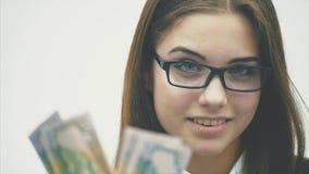 Dinheiro novo bonito de Scattering da mulher de neg?cios isolado no branco filme