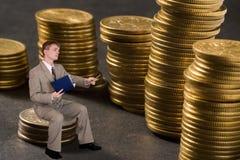 Dinheiro novo da contagem do homem de negócios imagens de stock