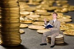Dinheiro novo da contagem do homem de negócios fotografia de stock royalty free