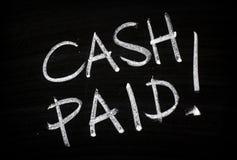 Dinheiro pago escrito em um quadro-negro imagem de stock