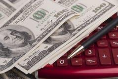 Dinheiro, pena e calculadora Imagens de Stock
