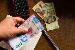 Dinheiro - pesos mexicanos, fazendo um orçamento fotografia de stock