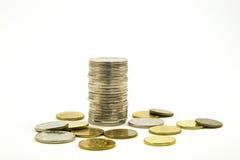 Dinheiro Pilha de moedas no fundo branco Conceito do dinheiro da economia Negócio crescente Confiança no futuro Foto de Stock