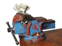 Dinheiro que está sendo triturado pela imprensa foto de stock