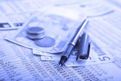 Dinheiro real sobre o jornal financeiro Fotos de Stock Royalty Free