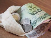 Dinheiro recolhido no saco branco Fotos de Stock