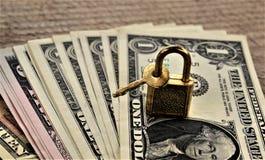 Dinheiro sob o fechamento e a chave Imagens de Stock