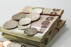 Dinheiro tailandês, 1000 cédulas do baht e moeda no fundo branco Fotografia de Stock