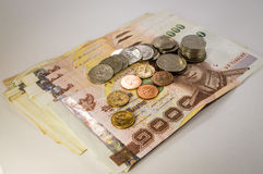 Dinheiro tailandês, 1000 cédulas do baht e moeda no fundo branco Imagem de Stock