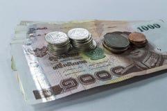 Dinheiro tailandês, 1000 cédulas do baht e moeda no fundo branco Imagem de Stock Royalty Free