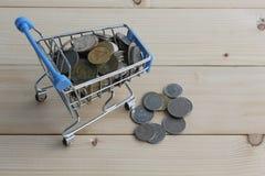 Dinheiro tailandês da moeda em um modelo do carrinho de compras Imagens de Stock Royalty Free