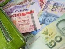 Dinheiro tailandês das notas na bolsa verde Fotografia de Stock
