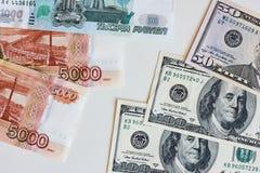 Dinheiro Taxa de câmbio entre o dólar e o rublo Foto de Stock