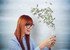 dinheiro texting Jovem mulher do moderno com telefone Dinheiro que vem acima do telefone imagens de stock
