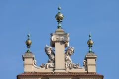 Dinials und Skulpturen des Sukiennice in Krakau Stockbilder