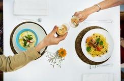 Dinig datummärkningpar Champagne Celebration Concept royaltyfri bild
