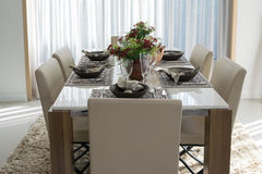 Dining tablen in modern home Royalty Free Stock Photography