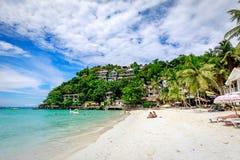Diniwid海滩视图,白沙子海滩在菲律宾的博拉凯海岛 免版税库存图片
