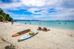 Diniwid海滩视图,白沙子海滩在菲律宾的博拉凯海岛 免版税图库摄影