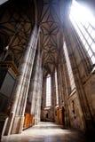 DINKELSBUHL TYSKLAND - JUNI 22: Inre av gotiska Sts George domkyrka Arkivbilder