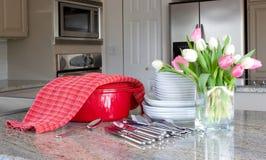 Dinnertime - braadpan, platen in moderne keuken Royalty-vrije Stock Foto's