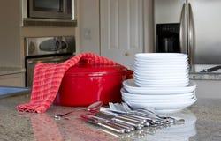 Dinnertime - braadpan, platen in moderne keuken Royalty-vrije Stock Foto