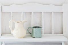 Dinnerware στο άσπρο ξύλινο ράφι στοκ φωτογραφία