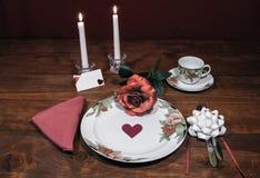Dinnerware фарфора цветочного узора точный с соответствуя плитой, чашкой и поддонником розовая роза, розовая салфетка, silverware стоковое фото