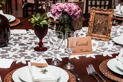 Dinnet ställeuppsättning med blomman Arkivbild