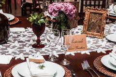 Dinnetplaats met bloem wordt geplaatst die Stock Fotografie
